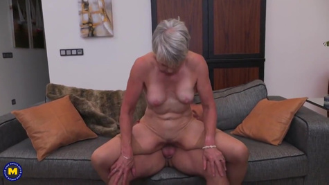 Старушка пришла на частный порно кастинг и потрахалась с молодым мужиком
