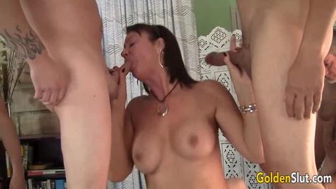 Милфа с большими сиськами устроила групповой секс с тремя мужиками