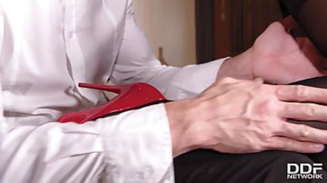 Брюнетка в колготках изменяет мужу и трахается с любовником на кровати