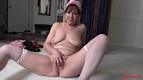 Старая медсестра мастурбирует киску в палате и снимает видео