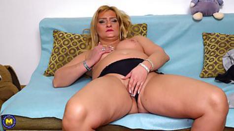 Толстая блондинка мастурбирует киску руками перед камерой