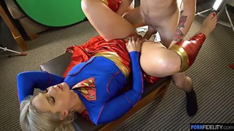 Блондинка в костюме супер героини трахается с мужиком перед камерой
