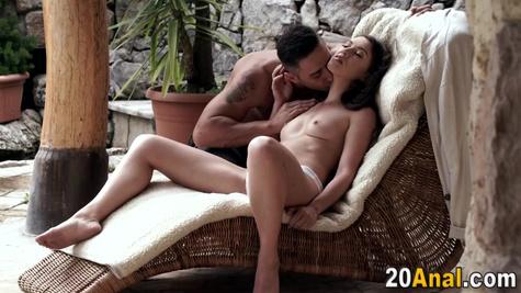 Брюнетка трахается в очко с мужиком и стонет от удовольствия до бурного оргазма