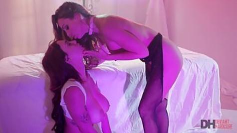 Лесбиянки устроили страстный секс и помастурбировали бритые киски