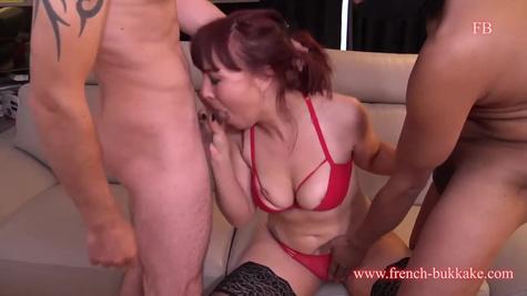 Рыжая баба изменяет мужу с любовниками и трахается перед камерой