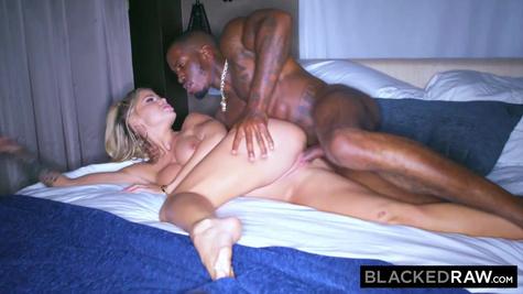Блондинка со стройной фигуркой пробует межрасовый секс с негром