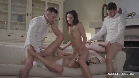 Девки устроили групповой секс с мужиками на одном диване