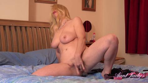 Опытная дамочка мастурбирует киску пальчиками и стонет от удовольствия
