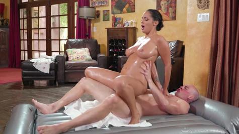 Латиноамериканка на массаже устроила страстный секс со своим клиентом