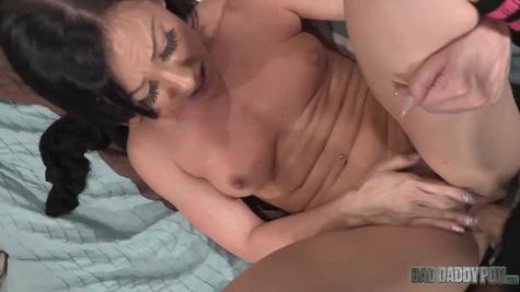 Зрелая брюнетка трахается на кастинге с мужиком и делает шикарный минет