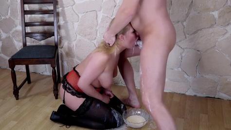 Опытная блондинка со стройной фигуркой делает минет своему парню