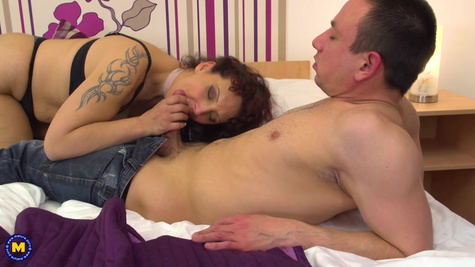 Mature whore is sucking a huge cock of her client and fucking inside pussy in the hotel room
