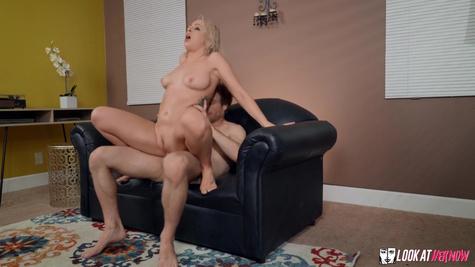 Милфа изменяет мужу и трахается с любовником на диване в киску