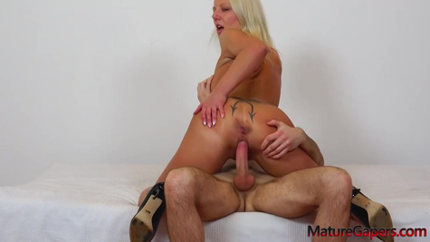 Блондинка с шикарным телом изменяет мужу и трахается с любовником в киску