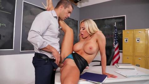 Сексуальная училка трахается с мужиком в классе и стонет от оргазма