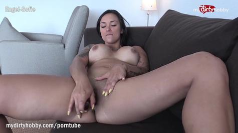 Грудастая брюнетка мастурбирует киску пальчиками перед камерой