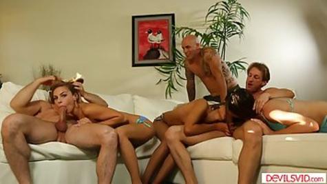 Мужики устроили жесткую групповуху с соседскими дамочками