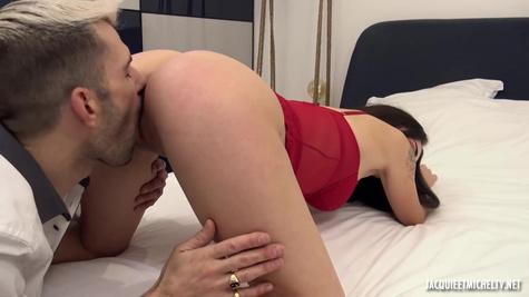 Итальянка трахается с мужиком на кровати и стонет от кайфа