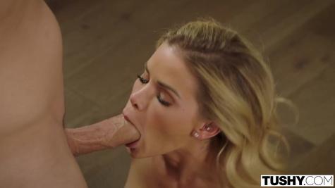 Блондинка делает минет мужу и дает в узкую попку на диване