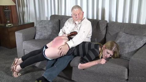 Молодая студентка дала отшлепать себя старому извращенцу