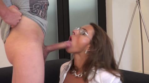 Грудастая секретарша трахается со своим сотрудником в бритую киску