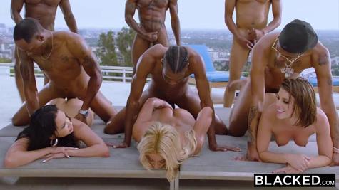 Милфы устроили групповой секс с ненасытными мужиками около бассейна