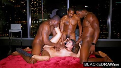 Пейдж Овэн устроила жесткий групповой секс с тремя неграми