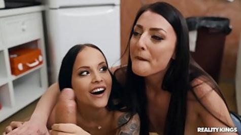 Пацан устроил страстный секс втроем с двумя развратными брюнетками