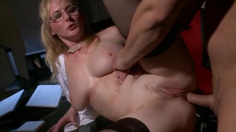 Зрелая блондинка трахается с начальником в офисе в мокрую киску