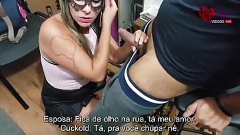 Кристина надела маску на лицо, чтобы сделать возлюбленному минет перед камерой