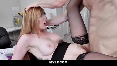 Блондинка с шикарным телом трахается с начальником в в киску прямо в офисе