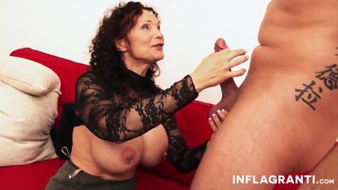 Даника Данил мастурбирует свою бритую киску пальчиками и трахается с мужиком