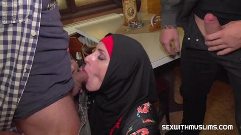 Зрелая мусульманка устроила секс втроем с двумя опытными мужиками