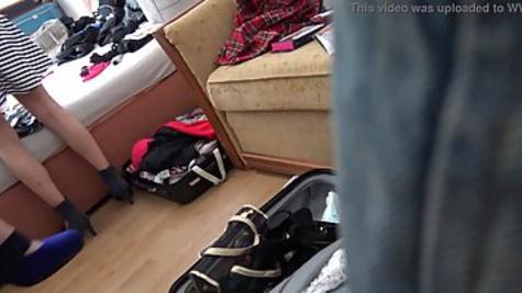 Девки раздеваются догола и позируют перед камерой