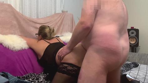 Толстая милфа с большими сиськами трахается раком со своим мужем в спальне