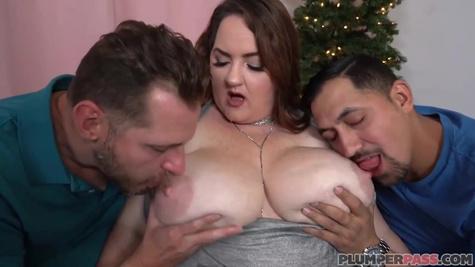 Даника Данали устроила страстный секс втроем с двумя опытными мужиками
