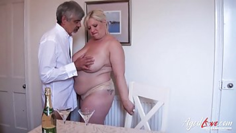 Толстая блондинка с большими сиськами страстно трахается со своим мужем перед камерой