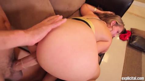 Блондинка с большими сиськами жестко трахается с опытным мужиком на диване