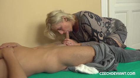 Милфа отсасывает длинный хуй молодого парня и снимает домашнее видео