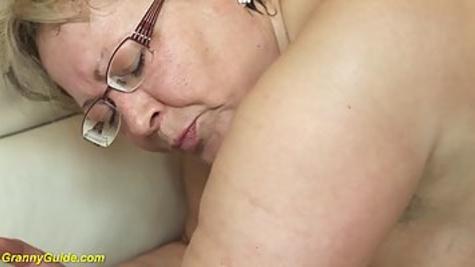 Блондинка в чулках потрахалась с молодым мужиком в узкую киску на диване