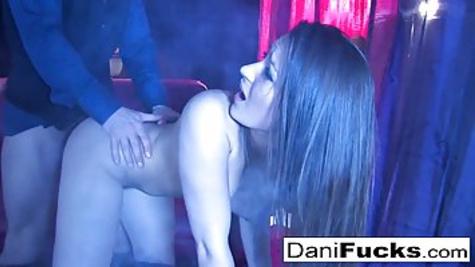 Дэни Дэниелс трахает красивую брюнетку в мокрую киску в позе раком