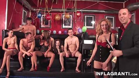 Проститутки в клубе обслужили толпу мужиков всеми узкими дырочками