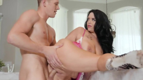 MILF Ryan Smiles fucks with her lover inside a pussy in the doggystyle