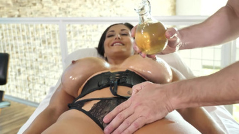 Immoral woman Ava Addams came to massage to tempt artist