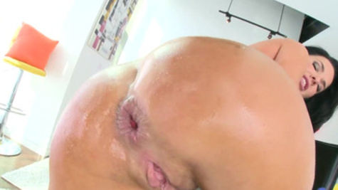 Brunette with racy features Veronica Avluv squirts because of anal sex