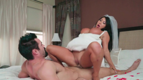 Bimbo brunette August Taylor gets her pussy tenderized