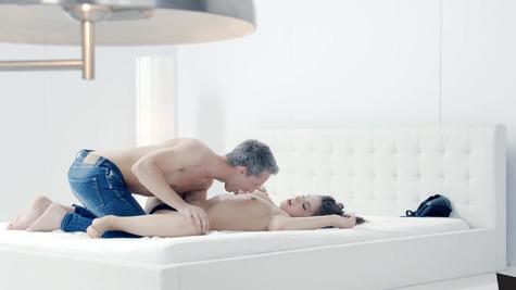 Nikki Waine blindfolds her man and invites Sasha Rose for fuck