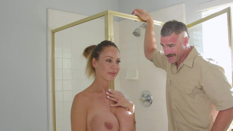Hunk always finds time to fuck McKenzie Lee after shower