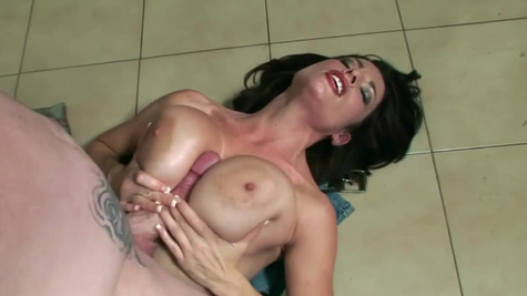 Pornstar Goldie Blair gives tittyfuck and handjob to cumshot