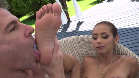 Foot massage helps Veronica Leal decide to be nailed